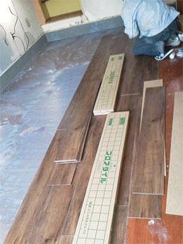 高槻市 美容室 木製ドア・フロアータイル
